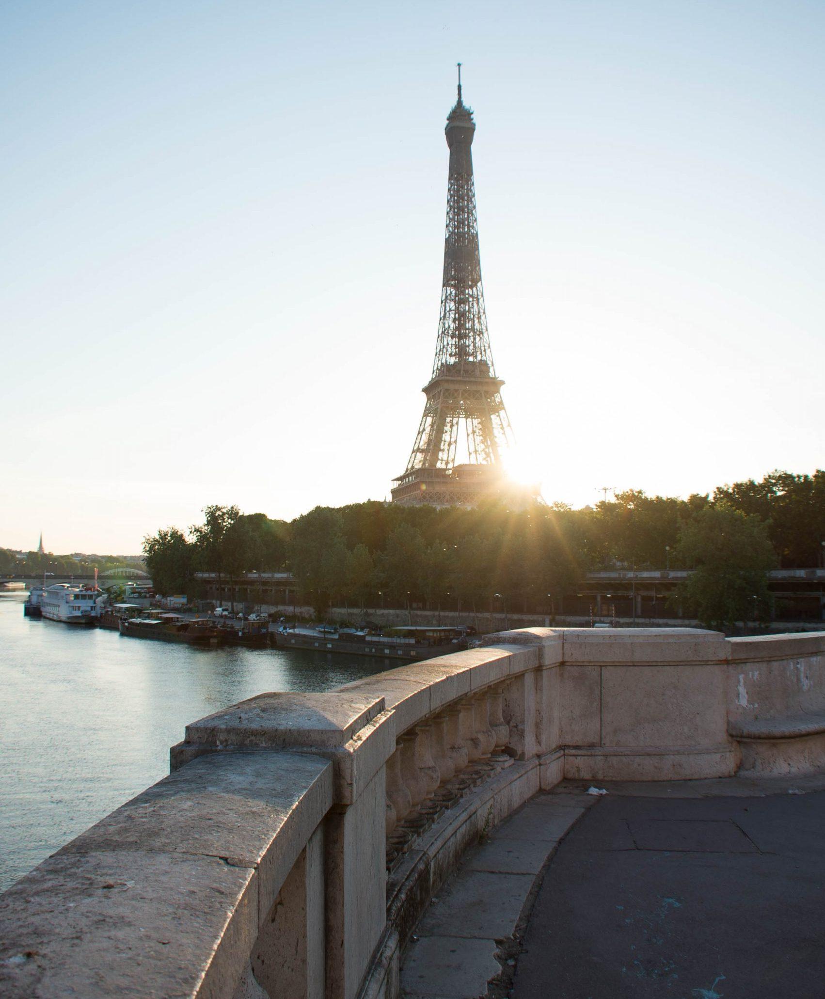 where to take a photo of the Eiffel Tower at Pont Bir Hakeim